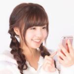 出会い系アプリに登録する女性