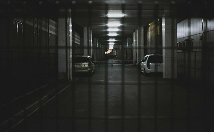 ビルの地下駐車場